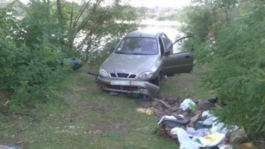 Под Киевом автомобиль наехал напалатку стуристами